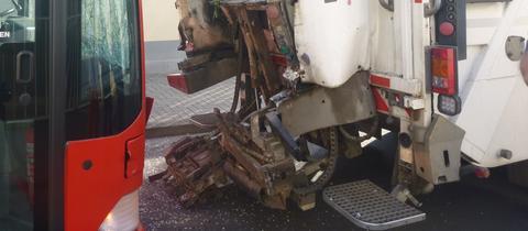 Die Front des Busses und das zerstörte Heck des Müllautos