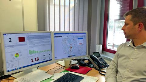 Projektleiter Lange demonstriert die Anti-Einbrecher-Software