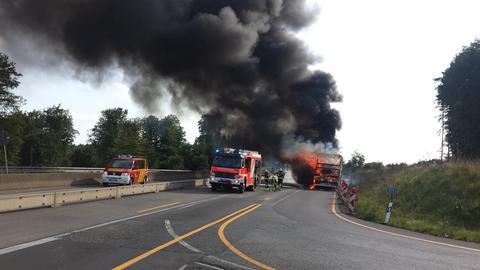 Löscharbeiten an brennendem Lkw auf A5