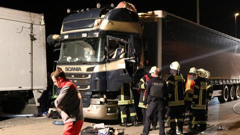 Einsatzkräfte am zerstörten Lkw auf der A5-Raststätte