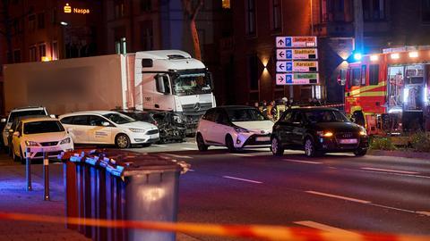 Der Lastwagen rammte mehrere Wagen in der Limburger Stadt.