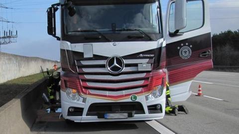 Die Polizei sucht Zeugen, denen auf der A3 der Laster mit schwarz-rot-goldener Lackierung aufgefallen ist.