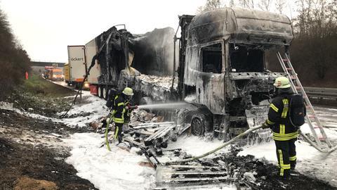 Lkw auf A45 ausgebrannt