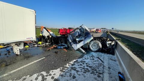 Beschädigte Fahrzeuge und Teile auf der Autobahn