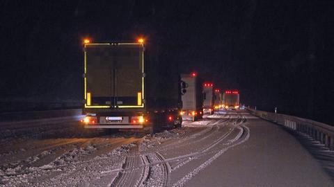 Lastwagen auf A7 im Schnee