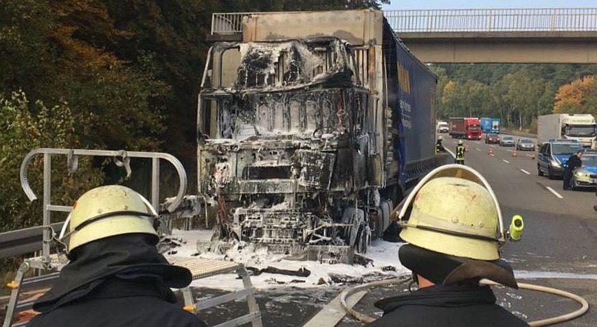 Sattelzug mit ausgebranntem Führerhaus