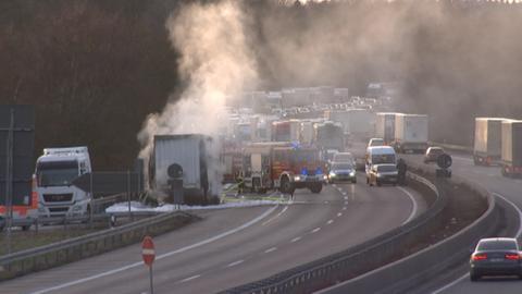 Durch den Lkw-Brand bildete sich ein bis zu 20 Kilometer langer Stau.