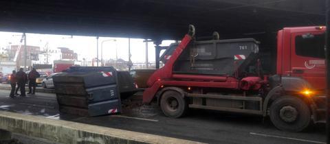 Der Laster blieb an einer Eisenbahnbrücke in Frankfurt hängen.