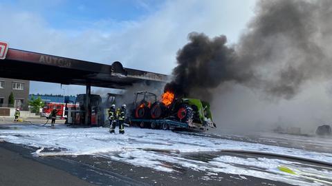 Lkw brennt an einer Tankstelle in Friedewald, Feuerwehr löscht
