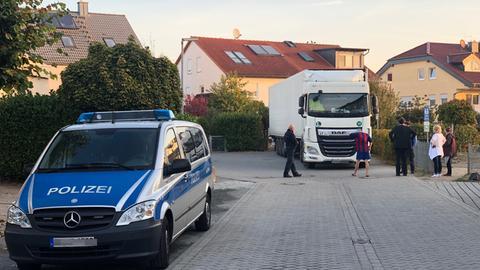 Ein Lkw steht in Hähnlein und kann nicht weiter fahren.