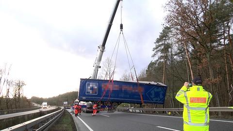 Lkw-Bergung am Dienstagnachmittag auf der gesperrten A4.