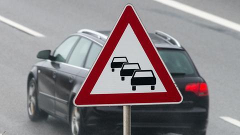 Auto fährt unter Stau-Schild hindurch