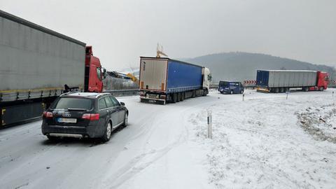 Lkw blockieren die Zufahrt von der A7 auf die A4 am Kirchheimer Dreieck.