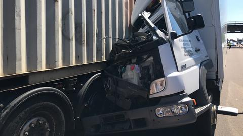 Zerstörtes Führerhaus des aufgefahrenen Lastwagens.