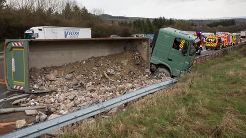 Der Lastwagen war nach rechts von der Fahrbahn abgekommen und gegen die Leitplanke gefahren.