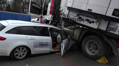Das Auto wurde unter dem Lkw eingeklemmt.