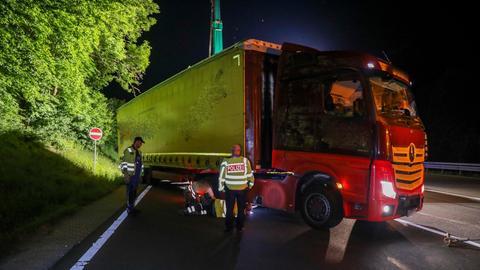 Der Lkw steht mit seinen Hinterrädern über der Bankette.