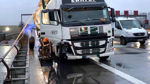 Reinigungsarbeiten am Lkw auf der A5