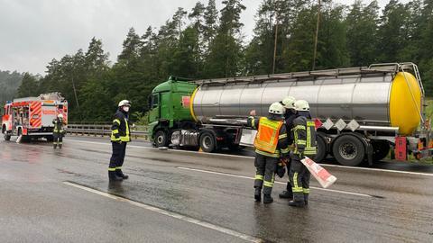 Einsatzkräfte an der Unfallstelle auf der A4.