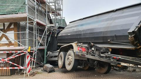 Ein Lkw krachte bei einem Unfall in die Kirche von Dautphetal