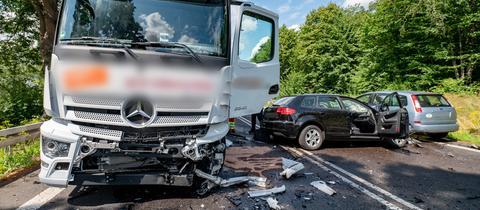 Schwerer Unfall auf der B27: PKW kollidiert mit Lkw