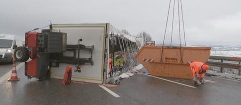 Der Laster stellte sich auf der A4 bei Herleshausen quer.