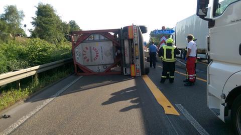 Ein umgekippter Lastwagen auf der A5 bei Breitenbach am Herzberg