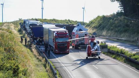 Der Rettungshubschrauber an den Lkw auf der A4.