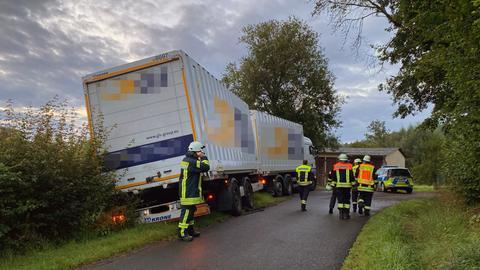 Ein Lkw hat sich festgefahren und droht abzustürzen