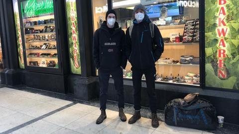 Kanadier Dany (li.) mit einem Freund - er muss irgendwie noch nach Hamburg.