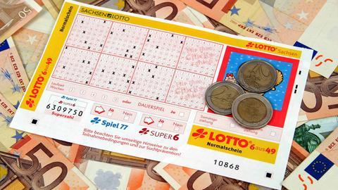 Lottoschein mit Münzen