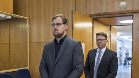 Die Söhne von Walter Lübcke Jan-Hendrik (vorne) und Christoph betreten den Gerichssaal.