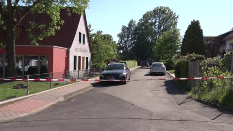 Die Straße, in der das Haus von Walter Lübcke liegt, wurde von der Polizei abgesperrt.