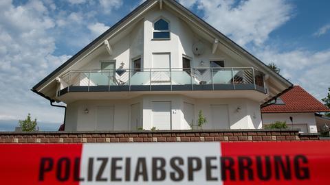 """Absperrband mit der Aufschrift """"Polizeiabsperrung"""" ist vor dem Haus des verstorbenen Kasseler Regierungspräsidenten Walter Lübcke (CDU) zu sehen."""