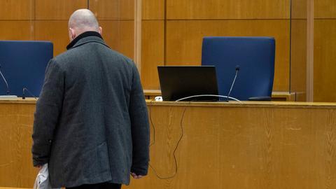 Markus H. verlässt den Gerichtssaal.