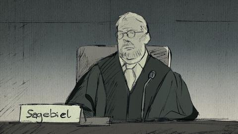 Richter Sagebiel sitzt im Gerichtssaal.