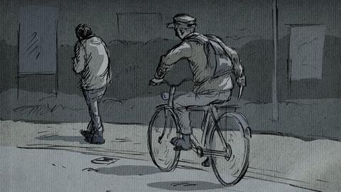 Links läuft ein Mann eine Straße entlang. Im Hintergrund sind Pappaufsteller zu sehen. Von hinten nähert sich ein Fahrradfaher, der auf dem Kopf eine Schirmmütze trägt. In der rechten Hand, die seitlich am Körper herabbaumelt, ist ein gezücktes Messer zu erkennen.