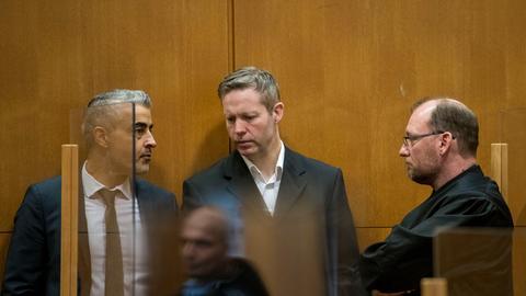 Stephan Ernst (Mitte) im Gespräch mit seinen Verteidigern Mustafa Kaplan (links) und Jörg Hardies.
