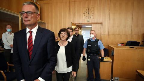 In einer Reiher hintereinander betreten der Anwalt der Familie Lübcke, Holger Matt, die Frau des ermordeten Walter Lübcke und seine beiden Söhne den Gerichtssaal.