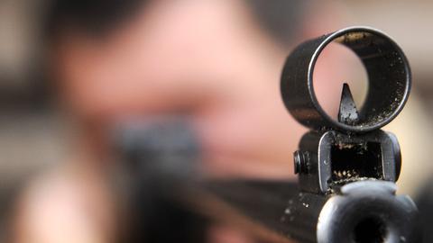 Blick in die Mündung eines Luftgewehrs
