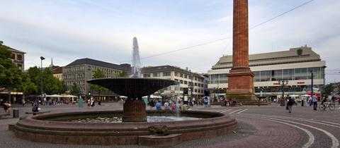 Der Luisenplatz in Darmstadt mit Brunnen und Ludwigsäule