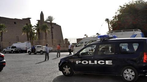 Polizeiwagen vor einem Tempel in Luxor. In der ägyptischen Stadt soll der 18-jährige Gießener festgehalten werden.