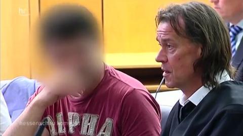 Der Angeklagte im Gerichtssaal in Darmstadt.