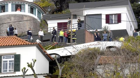 In Madeira stürzte ein Reisebus mit Deutschen eine Böschung hinab.