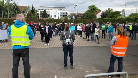 Mahnwache mit Corona-Abstand: Demonstranten am Unglücks-Bahnübergang in Nied