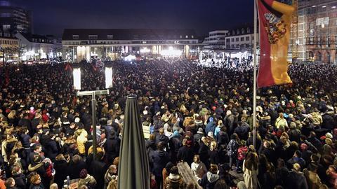 Rund 5.000 Menschen hören Bundespräsident Steinmeier bei einer Trauerveranstaltung auf dem Marktplatz zu.