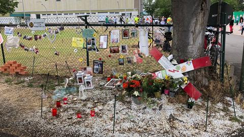 Kerzen, Blumen und Fotos erinnern an der Unglücksstelle noch immer an das getötete Mädchen.