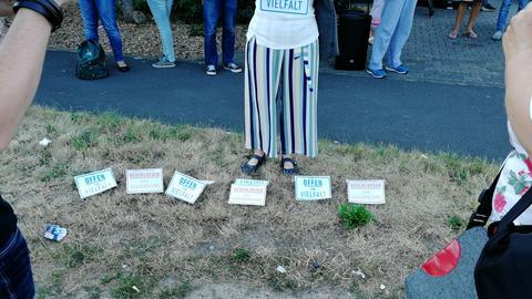 """Schilder mit Aufschrift """"Offen für Vielfalt"""" und """"Geschlossen gegen Ausgrenzung"""""""