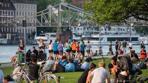 Frühling 2018 am Mainufer in Frankfurt: Ab Freitag wären hier eine Menge Bußgelder fällig