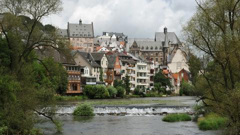 Blick auf die Lahn und die Stadt Marburg.